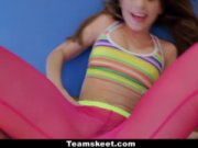 Joven mujer practica el yoga anal