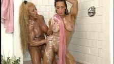 Dos chilenas maduras bañandosen